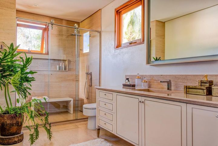 janela para banheiro - banheiro com móveis clássicos de madeira
