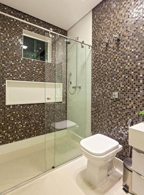 janela para banheiro - banheiro com pastilha marrom