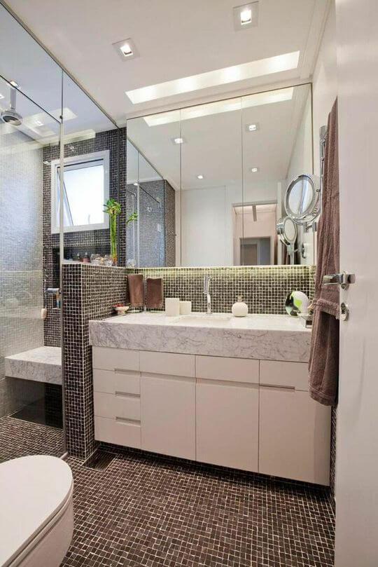 janela para banheiro - banheiro com pastilhas pretas