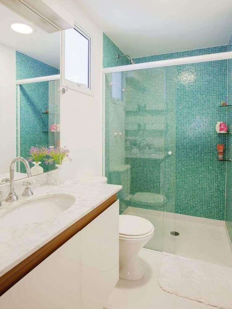 janela para banheiro - banheiro com pastilhas verdes