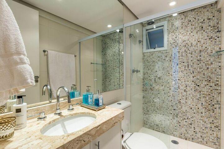 janela para banheiro - banheiro com pia de mármore