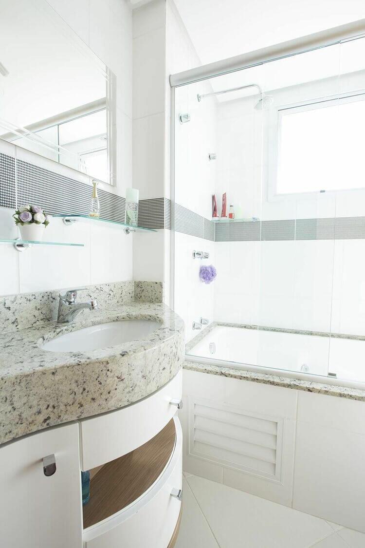 janela para banheiro - banheiro com pia de mármore e banheira branca