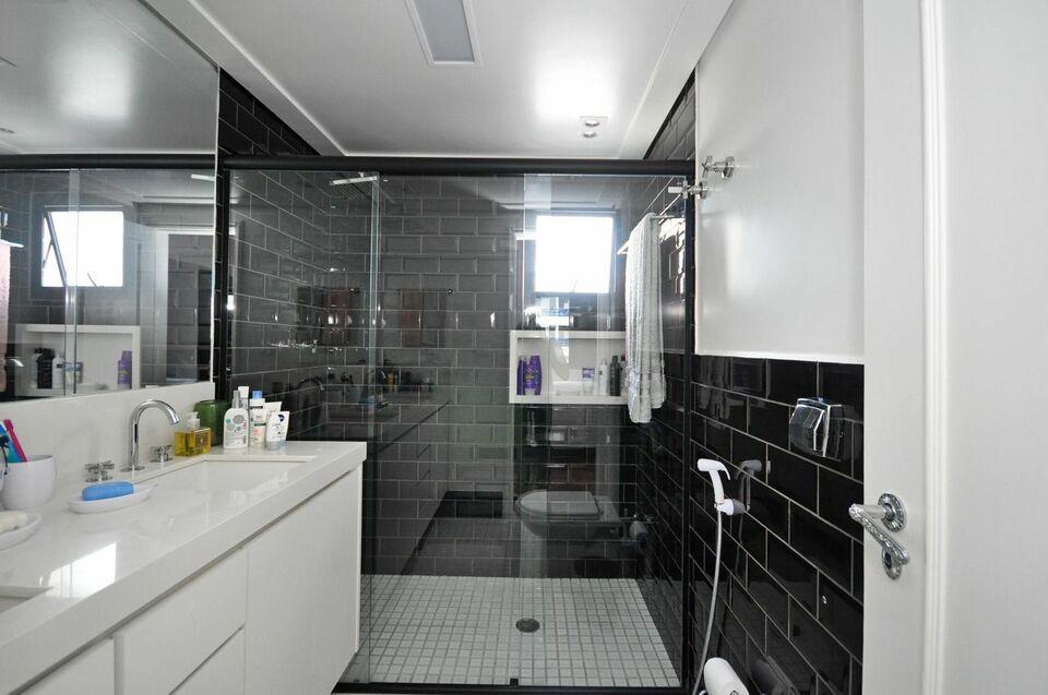 janela para banheiro - banheiro com revestimento preto