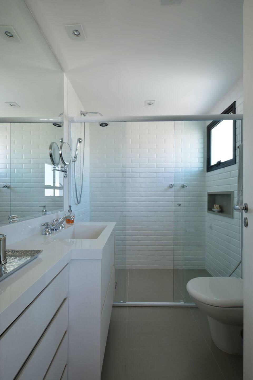 janela para banheiro - banheiro com revestimento tipo tijolinho branco