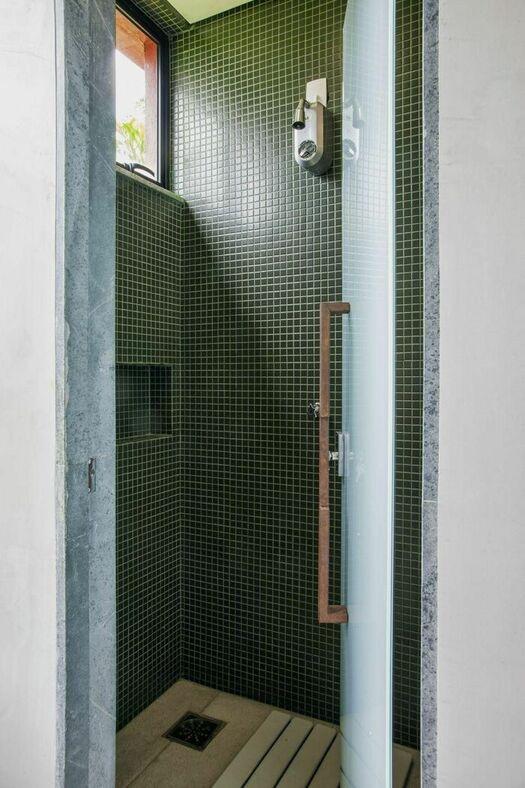 janela para banheiro - janela preta em parede de pastilhas verdes