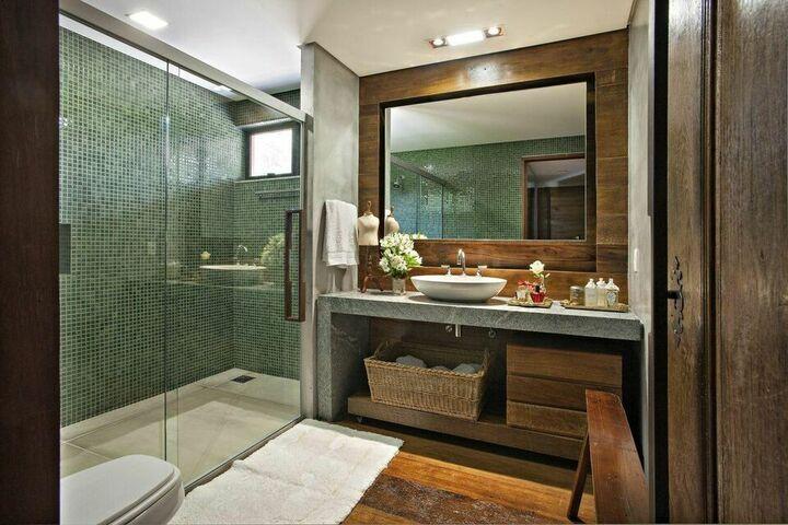 janela para banheiro - parede com pastilha verde e madeira rústicas