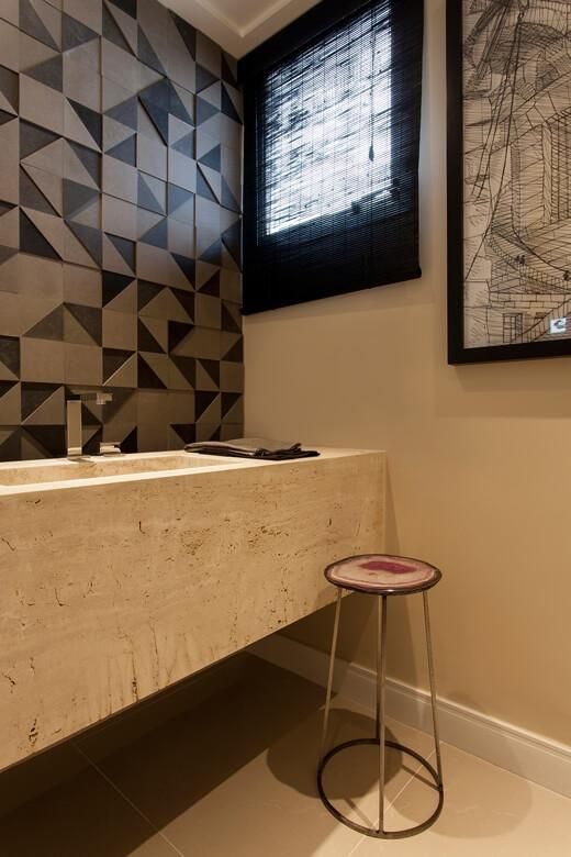 janela para banheiro - parede em relevo marrom com janela