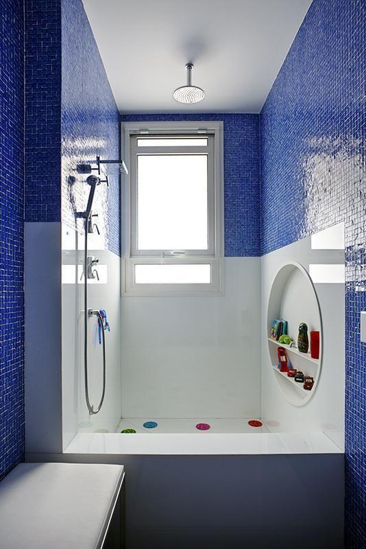 janela para banheiro - quarto com pastilhas azuis