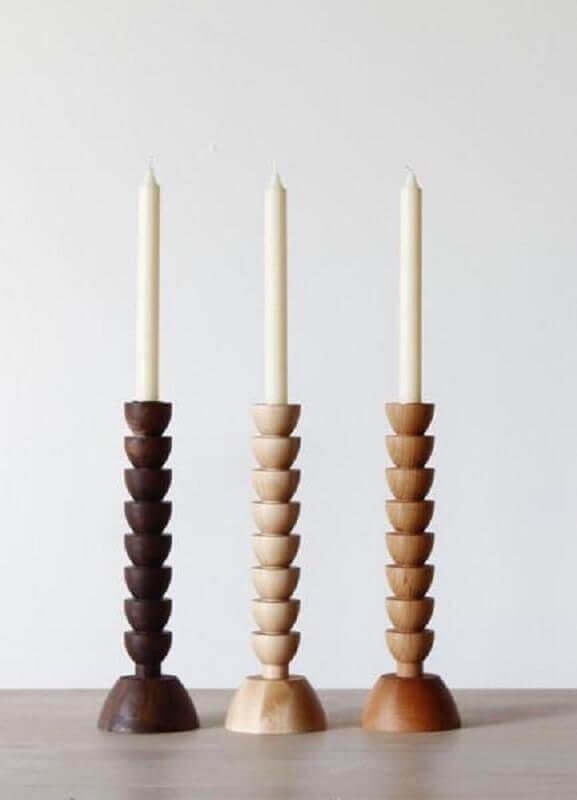 kit com três castiçal de madeira Foto Horne