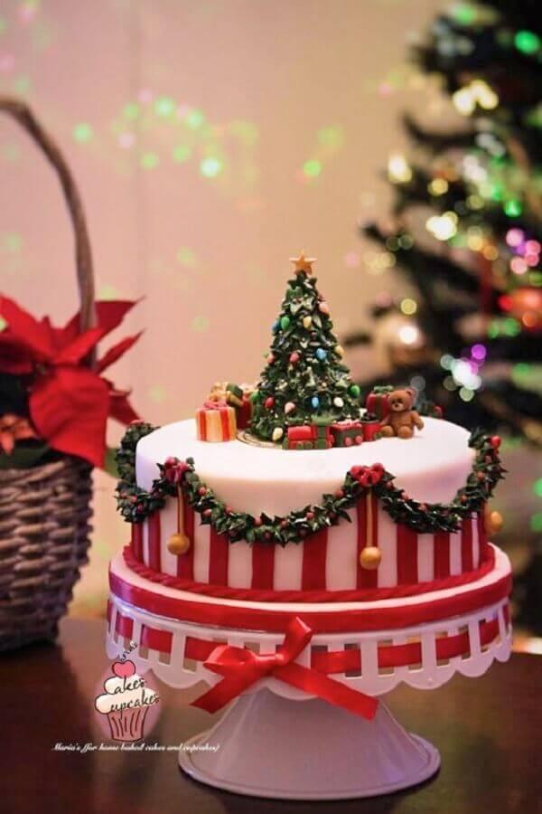 lindo bolo de natal decorado com pasta americana com árvore de natal no topo Foto CakesDecor