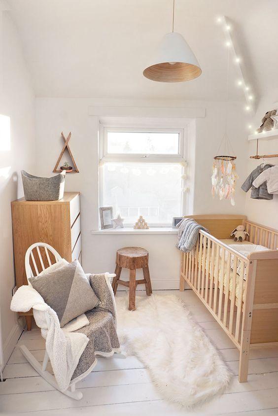 lustres simples - lustre metálico branco e piso de madeira branca
