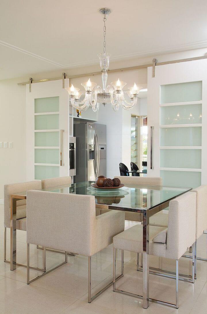 lustres simples - mesa de jantar de vidro e lustre tipo candelabro
