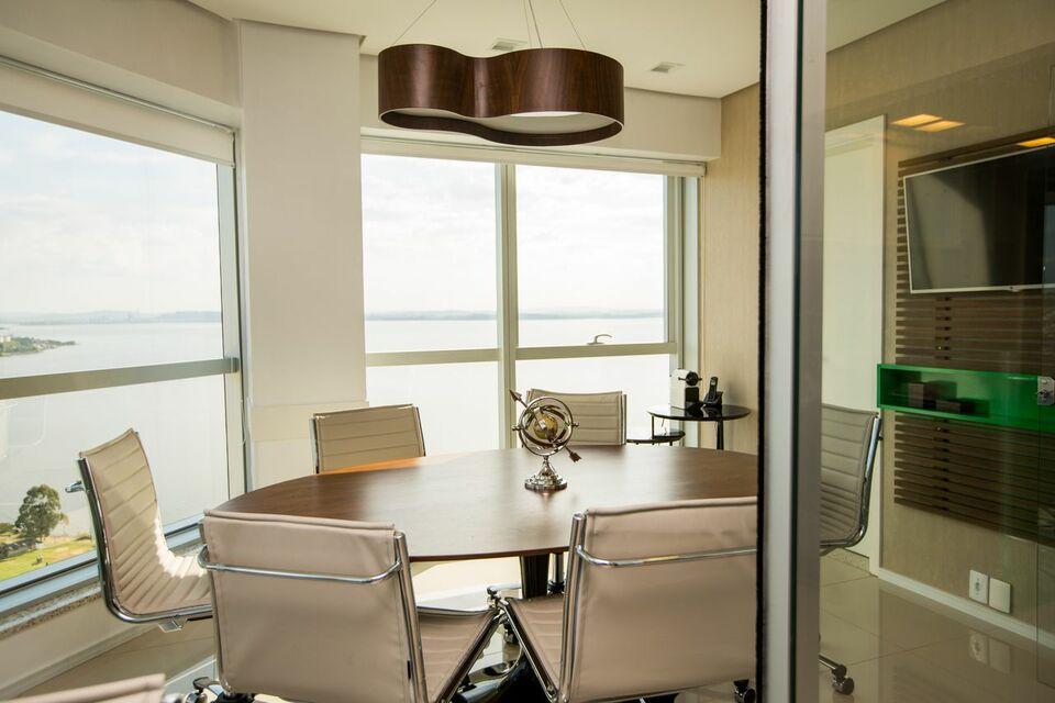 lustres simples - paredes neutras com janelas de vidro