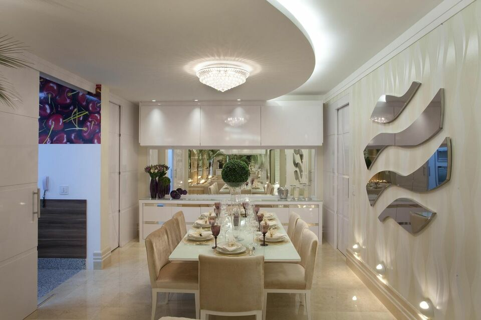 lustres simples - piso de mármore, lustre de teto e cadeiras