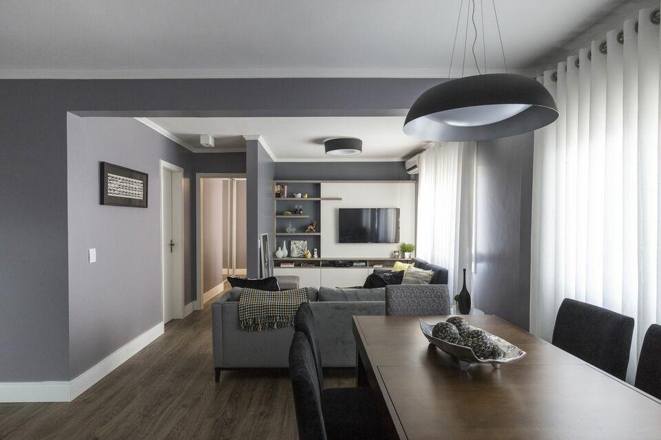 lustres simples - sala com piso de madeira, mesa de jantar e sofá
