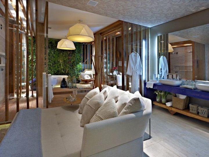 lustres simples - sala de banho com espelho amplo e lustre