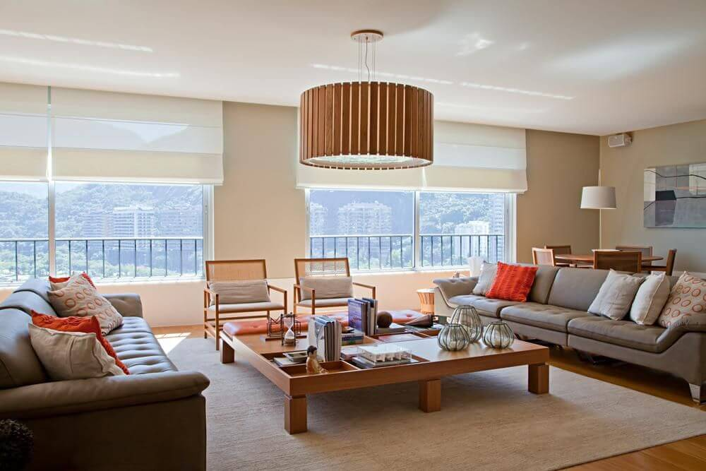 lustres simples - sala de estar com lustre de madeira e tapete bege