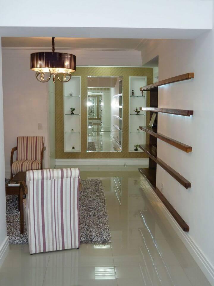 lustres simples - sala de estar com lustre dourado