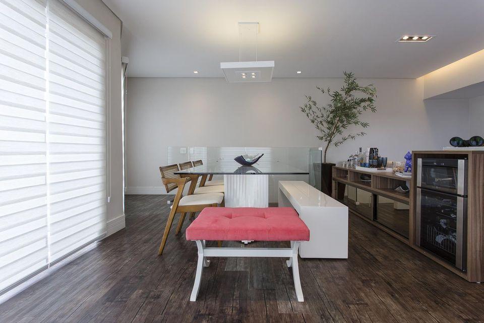 lustres simples - sala de jantar com mesa de vidro e lustre pendente