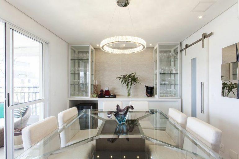 lustres simples - sala de jantar com mesa de vidro, lustre e cadeiras brancas estofadas - TT Interiores