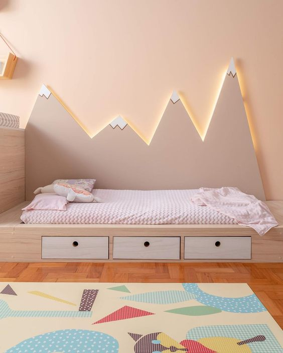 móveis montessorianos - cama montessoriana com desenho de montanha