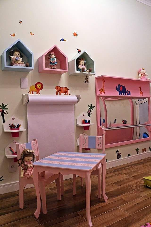 móveis montessorianos - nichos casinha com rolo de papel para desenho