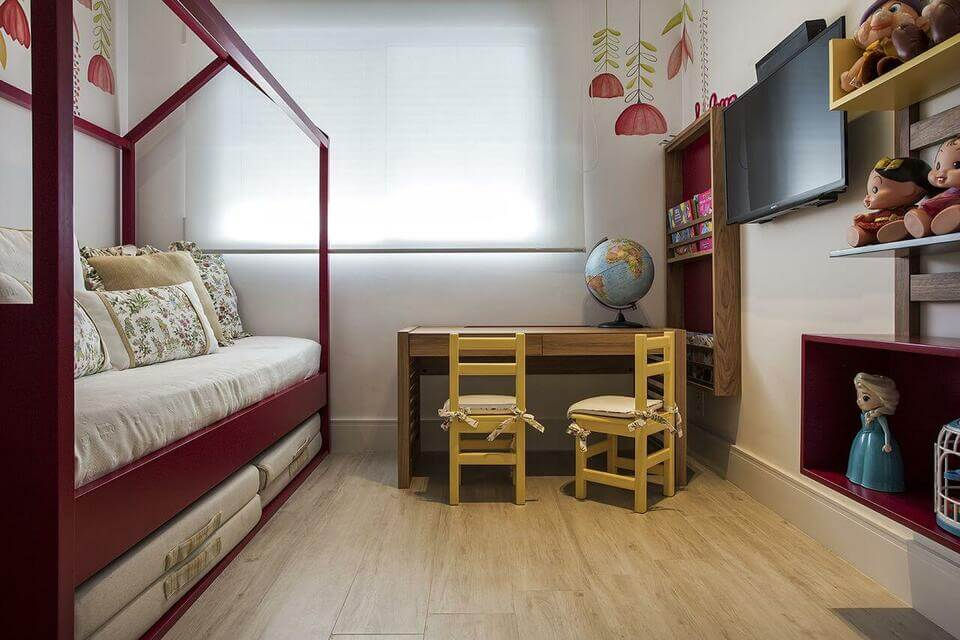 móveis montessorianos - quarto montessoriano com cama vermelha