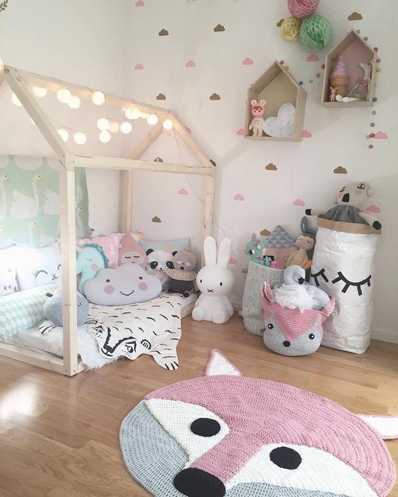 móveis montessorianos - quarto montessoriano com tapete e cestos de crochê