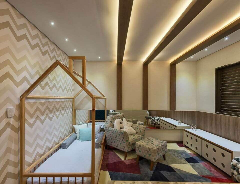móveis montessorianos - quarto montessoriano e papel parede chevron marrom