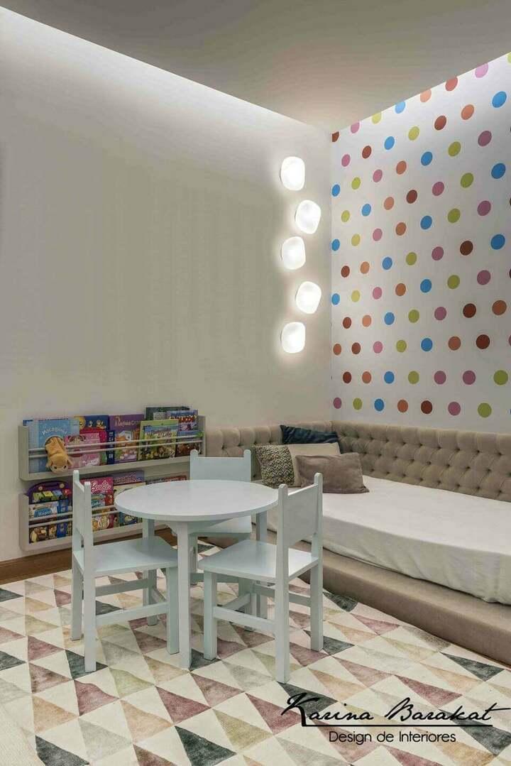 móveis montessorianos - tapete geométrico e papel de parede com bolinhas