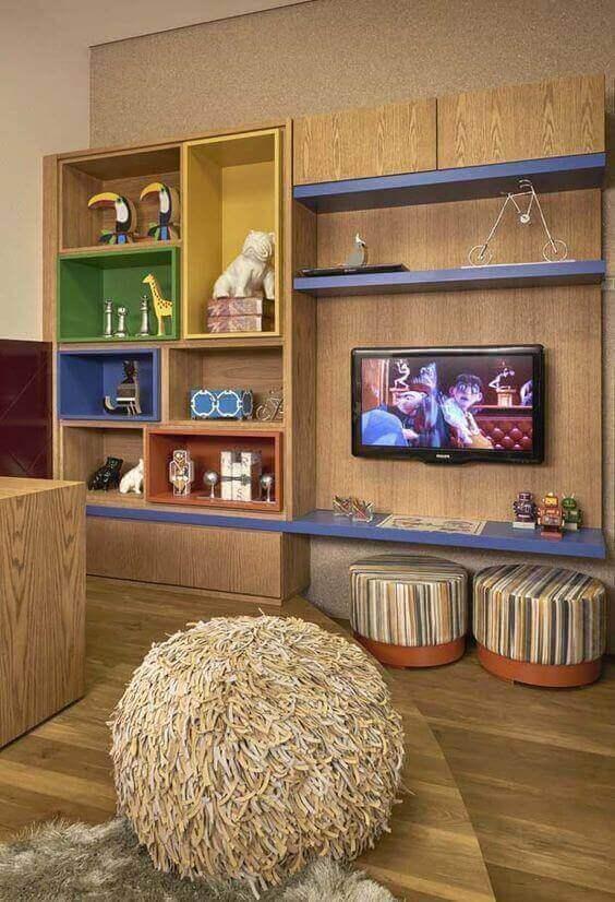 móvel com nichos de madeira em ambiente infantil