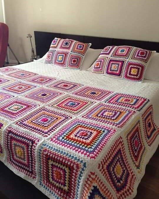manta de crochê - manta colorida combinando com fronhas
