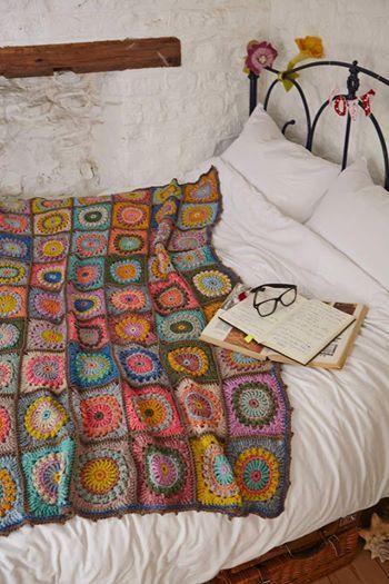 manta de crochê - manta de crochê colorida em cama