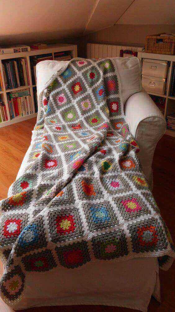 manta de crochê - manta quadriculada colorida de poltrona