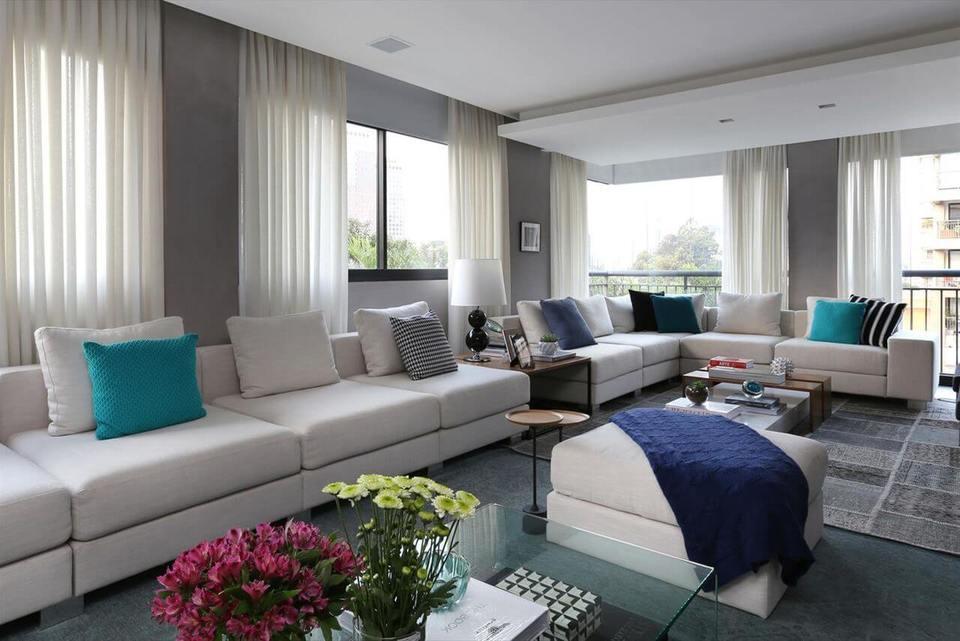manta de crochê - sala de estar com puff branco e manta azul