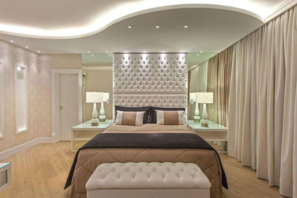 melhor travesseiro - cabeceira capitonê de couro e piso de madeira