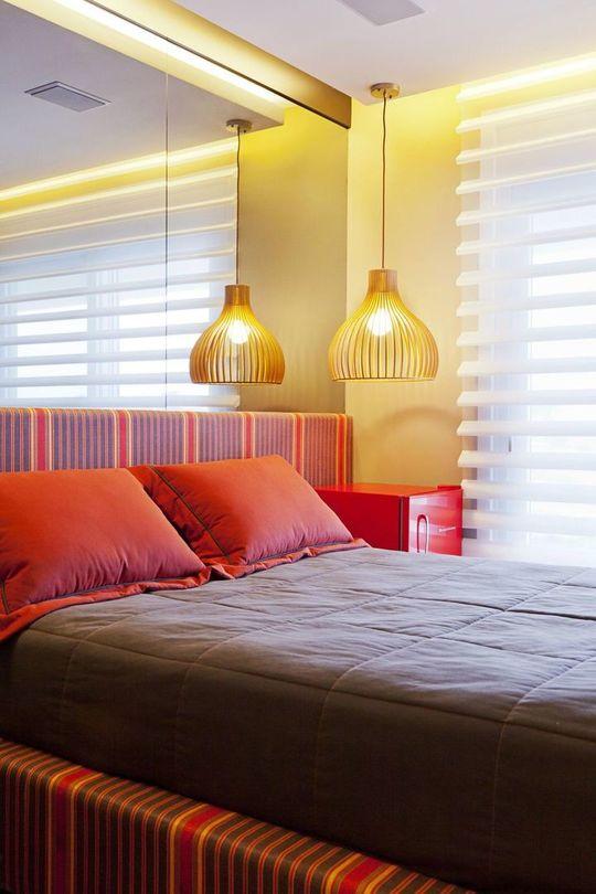 melhor travesseiro - cabeceira com espelho na cama listrada