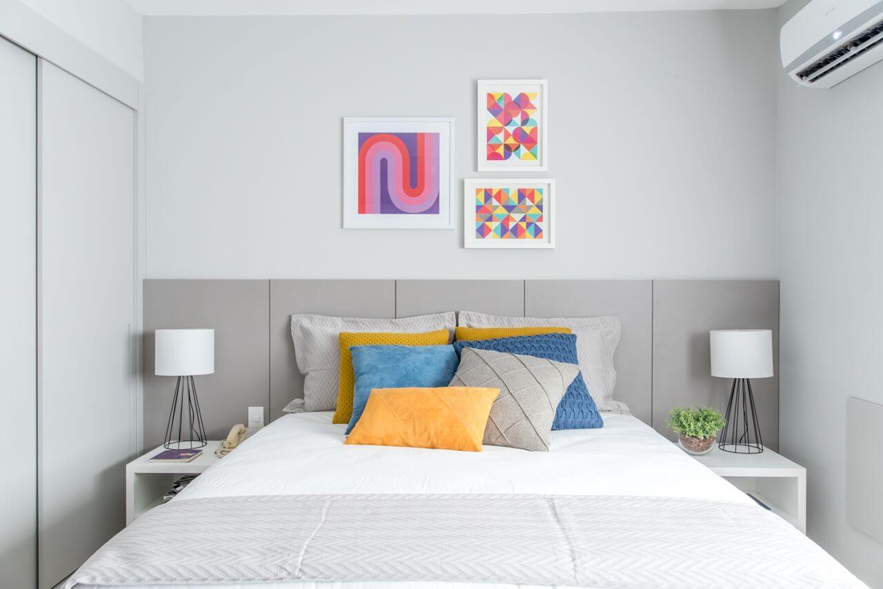 melhor travesseiro - cabeceira e quadrados coloridos na parede