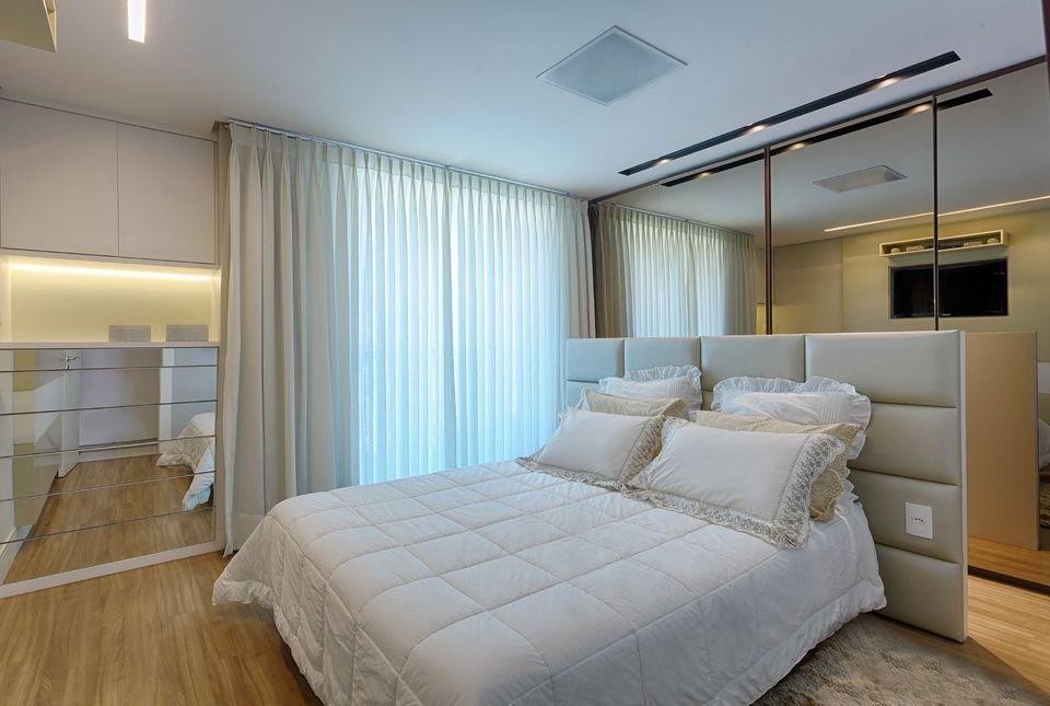 melhor travesseiro - cabeceira estofada neutra e gavetas espelhadas