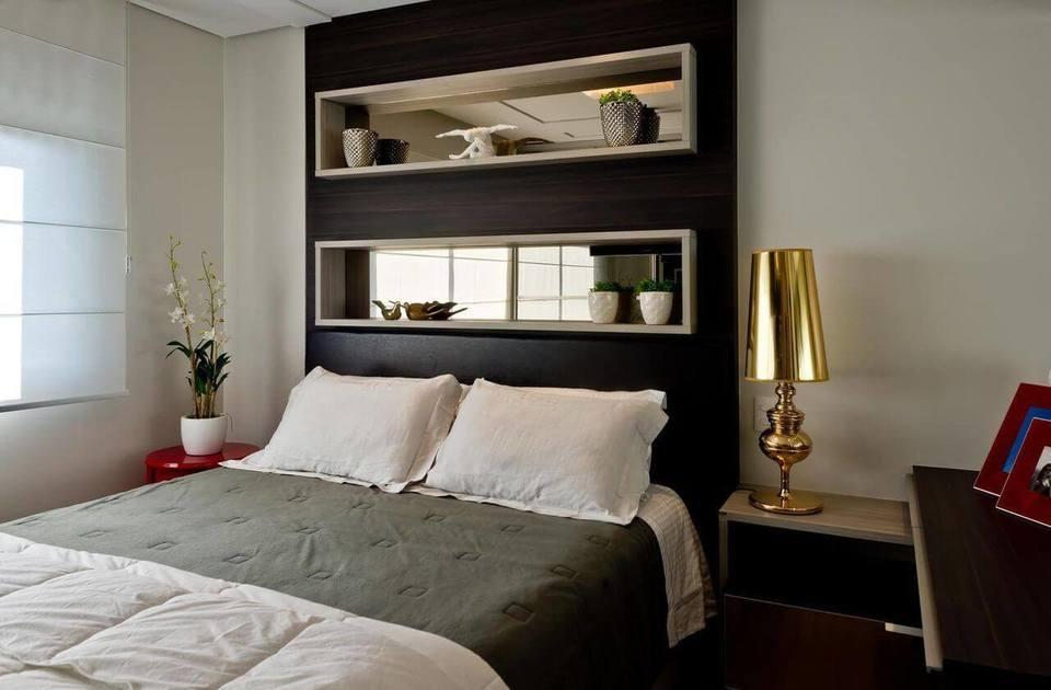 melhor travesseiro - nichos de madeira branca com fundo espelhado