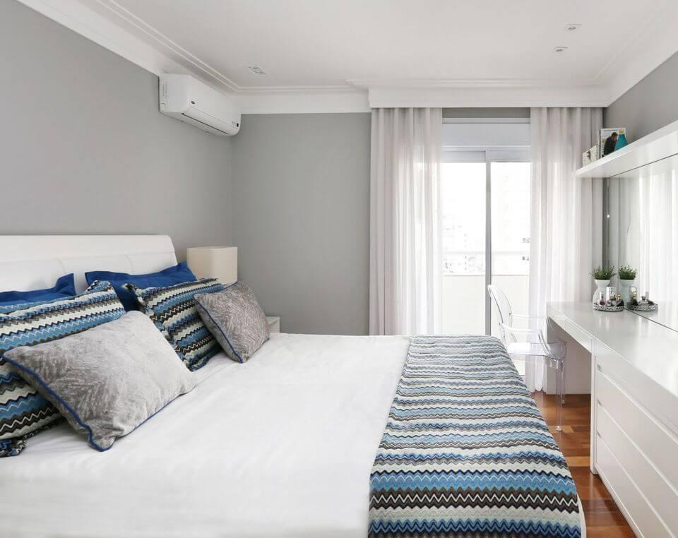 melhor travesseiro - parede com pintura cinza e móvel de madeira branca