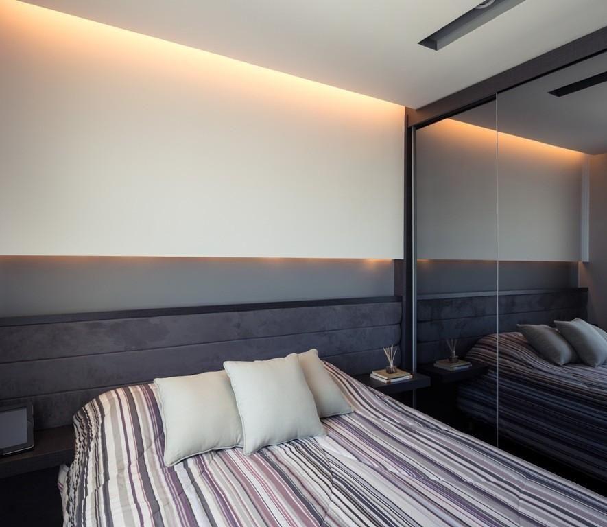 melhor travesseiro - quarto de casal com cabeceira cinza na cama