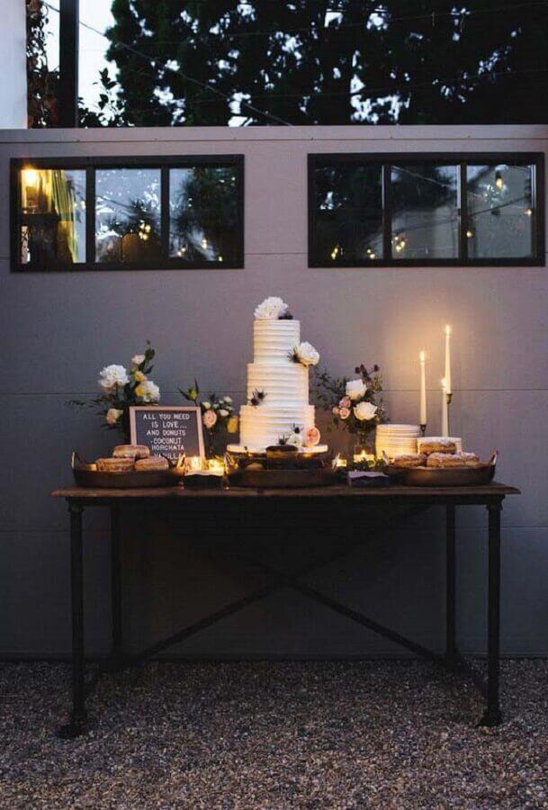 mesa de bolo para mini wedding moderno Foto Inspired By This