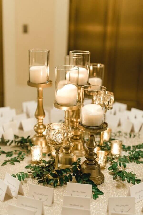 mesa de casamento decorada com castiçal dourado Foto Glittery Bride
