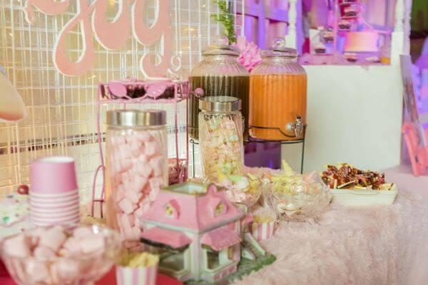 mesa de doces para festa da barbie