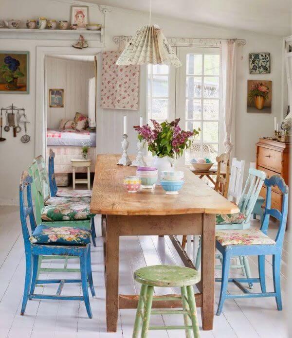 Mesa de jantar com almofada no assento