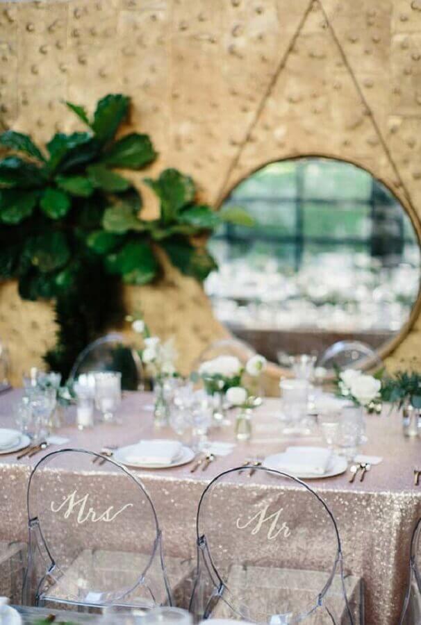 mini wedding moderno decorado com toalha prata e cadeira de acrílico Foto 100 Layer Cake