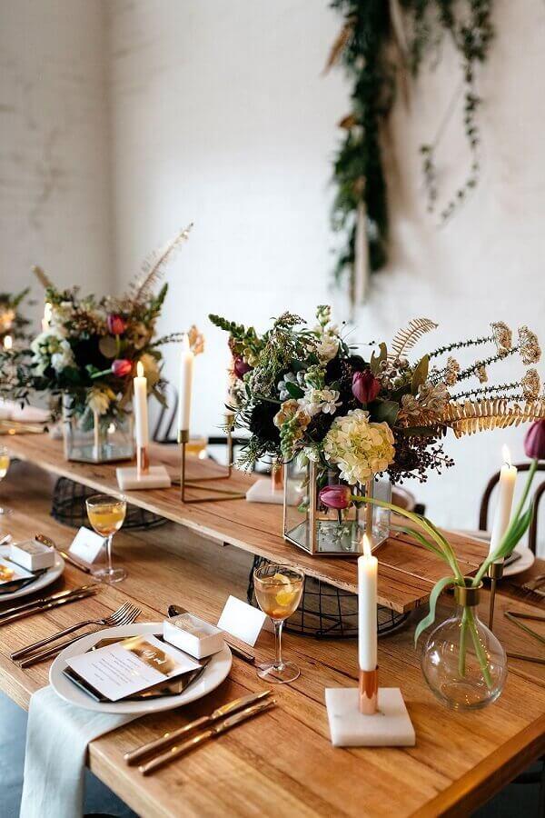 mini wedding rústico decorado com arranjo de flores em suporte de vidro moderno Foto Manuela Jurado Salon