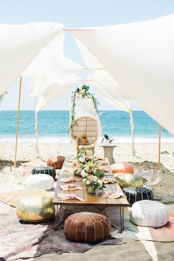 mini wedding rústico na praia decorado com puffs redondos Foto Pinterest