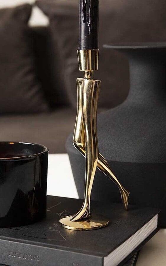 modelo divertido de castiçal dourado com design de perna Foto Rockett St George